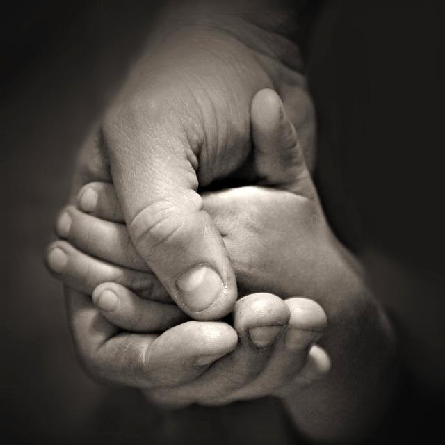 hands-407388_640